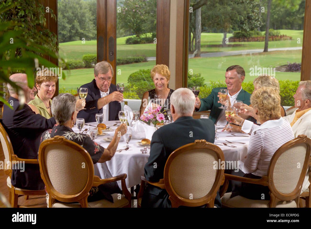 Gruppe von Senioren, die Restaurants und Bars im Country Club. Stockbild