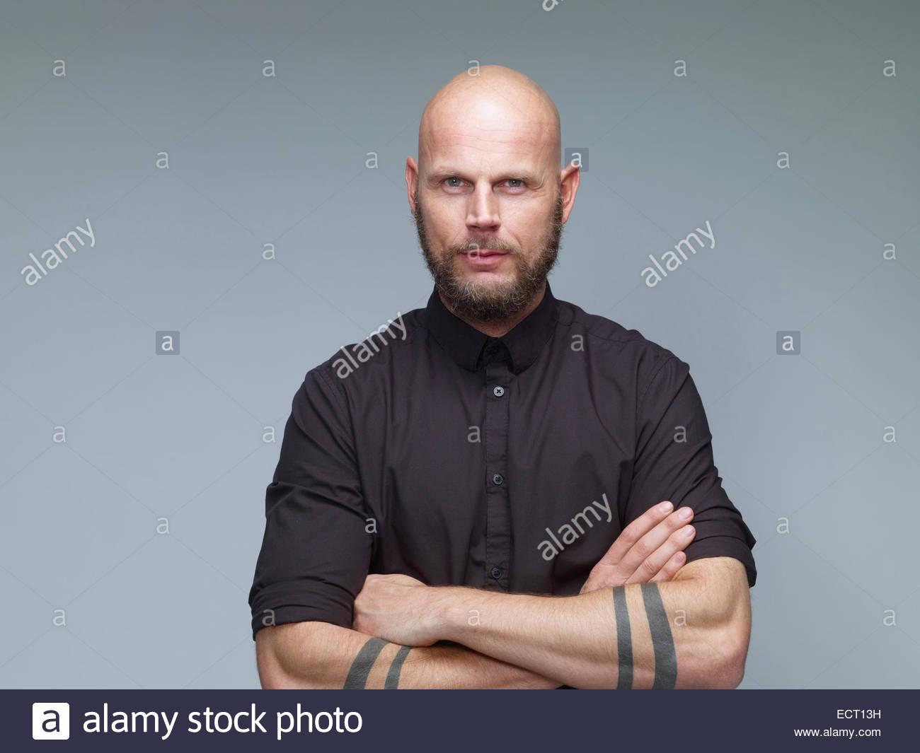 Porträt Von Mann Mit Glatze Und Voller Bart In Schwarz Vor Grauem