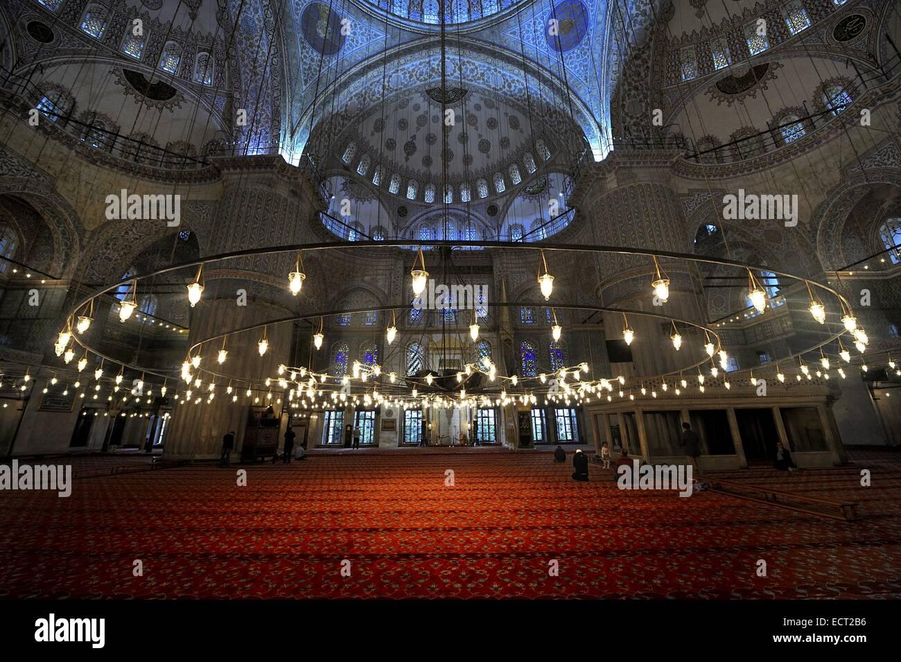 Gebetsraum mit rotem Teppich, Sultan Ahmed Mosque, Sultanahmet, Istanbul, Türkei Stockbild