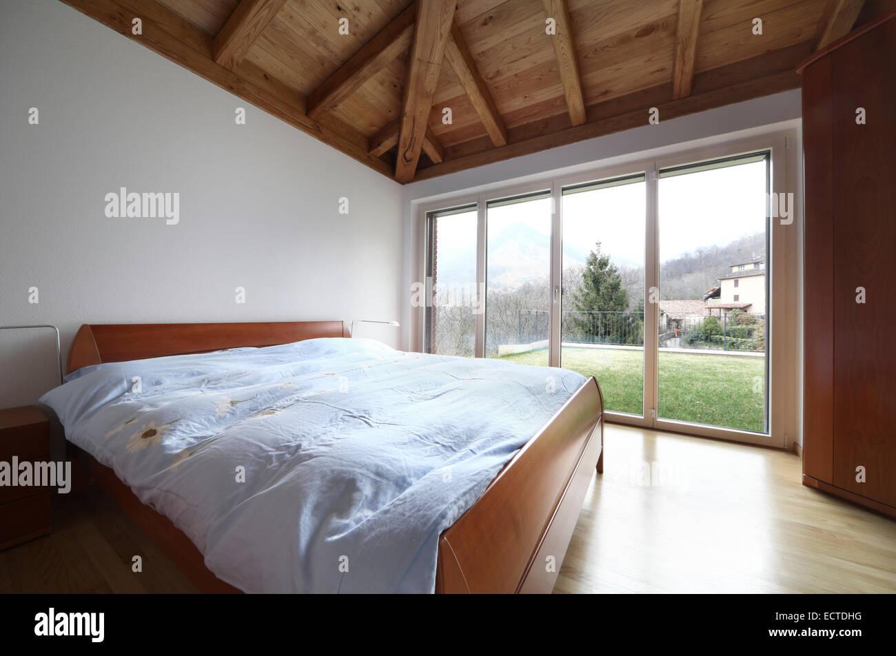 hölzerne Schlafzimmer Holz Innendach leer niemand Stockfoto, Bild ...