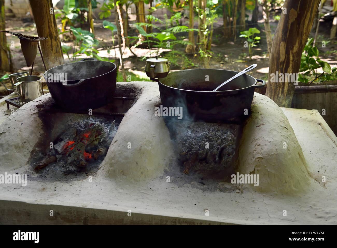 Heiße Schokolade und lokalen gepflückten Kaffee schmoren über Kohlen ...