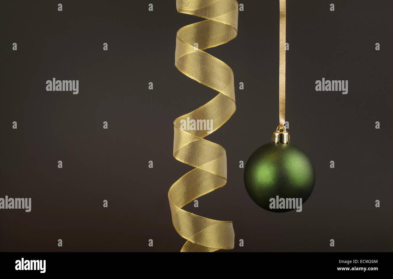 Grün-Christbaumkugel mit einem goldenen Band Stockbild