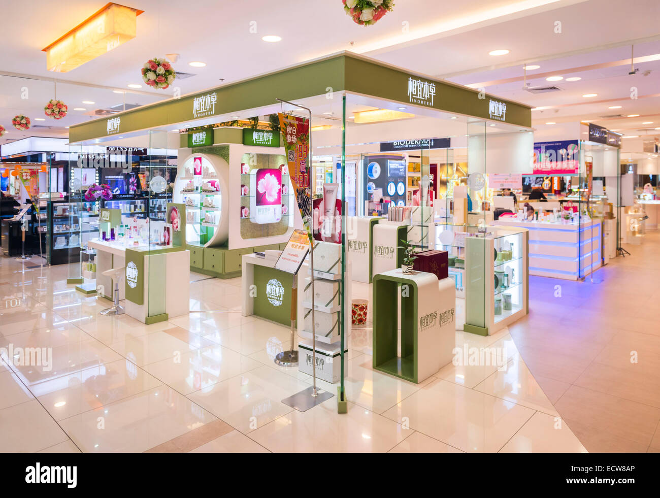Shanghai Inoherb Kosmetik und Make-up speichern Display in einem Einkaufszentrum in Xi ' an, Shaanxi, China Stockbild