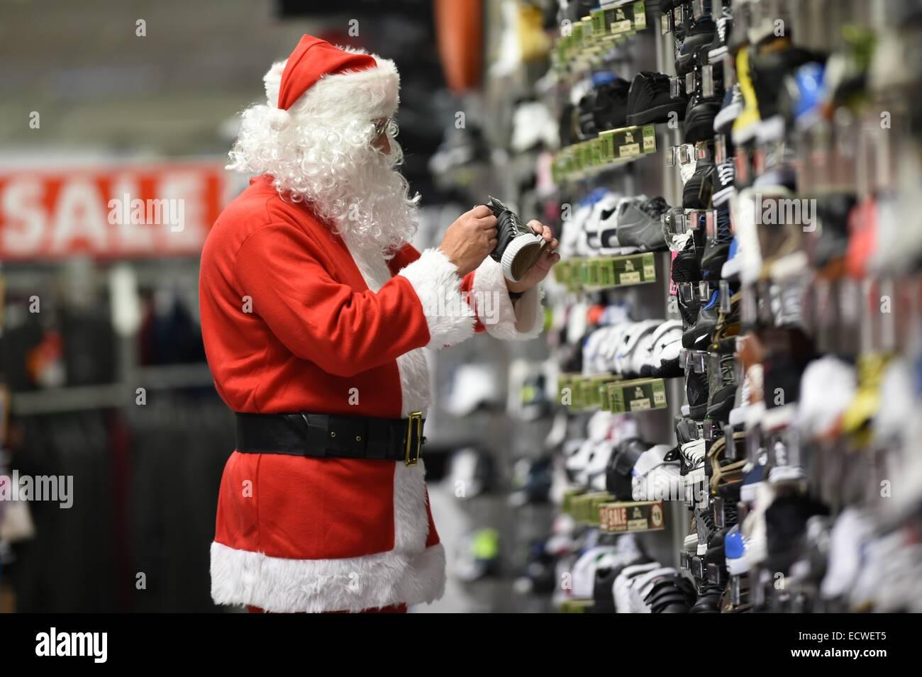 Aberystwyth, Wales, UK. 20. Dezember 2014. Shopping für einige Last-Minute-Schnäppchen in einem Zweig Stockbild