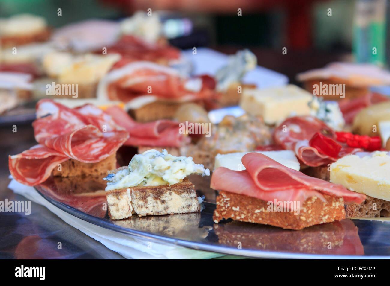 Würzige Fleisch und Käse Häppchen von verschiedenen Arten, die auf einem silbernen Metall-Teller Stockbild