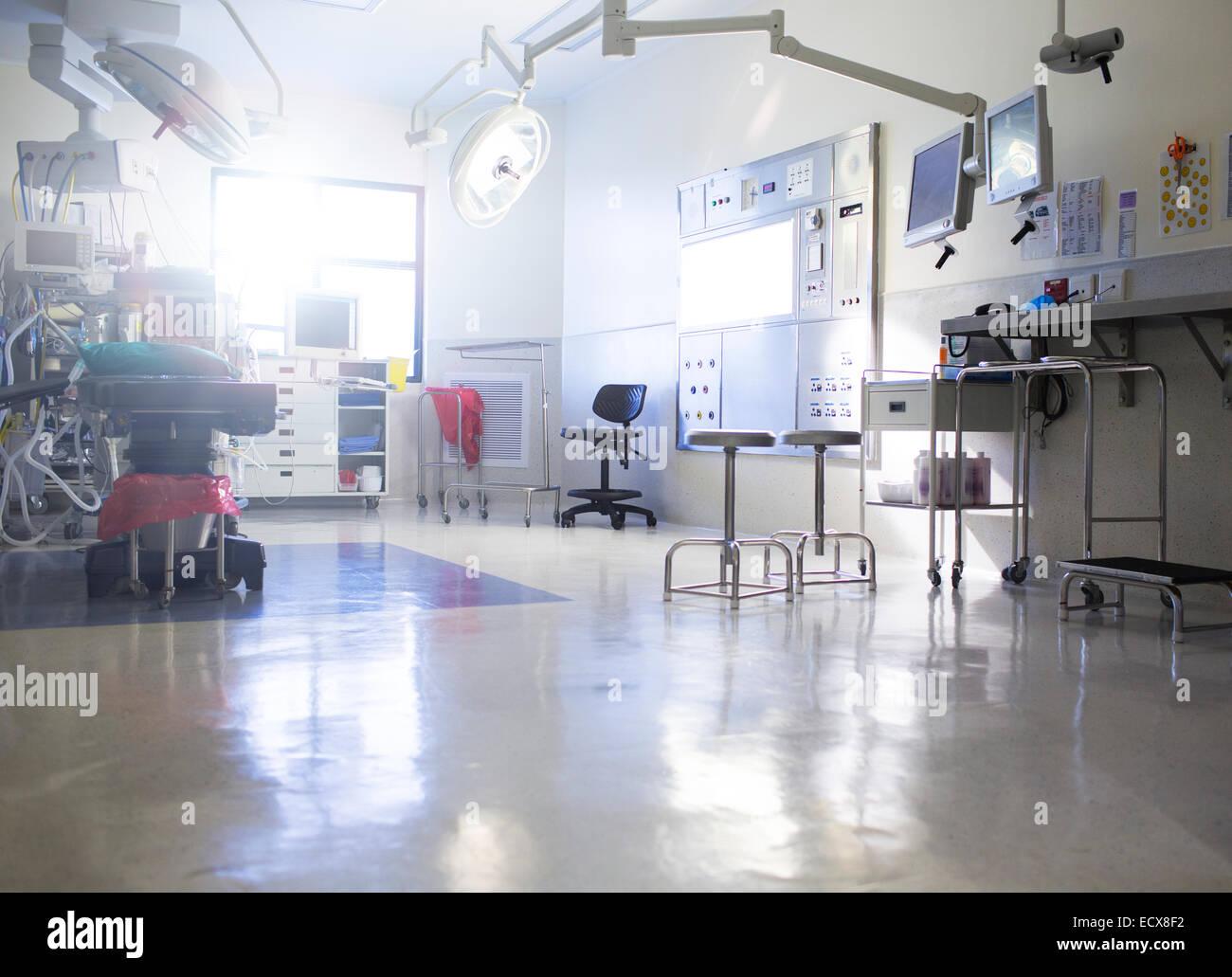 Medizinische Geräte im Operationssaal Stockbild