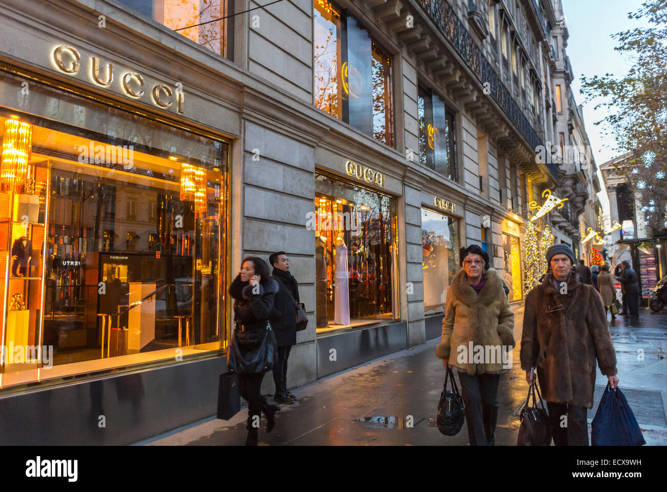 paris stra e menschen au en nacht luxus schaufensterbummel gesch fte modemarke gucci store. Black Bedroom Furniture Sets. Home Design Ideas