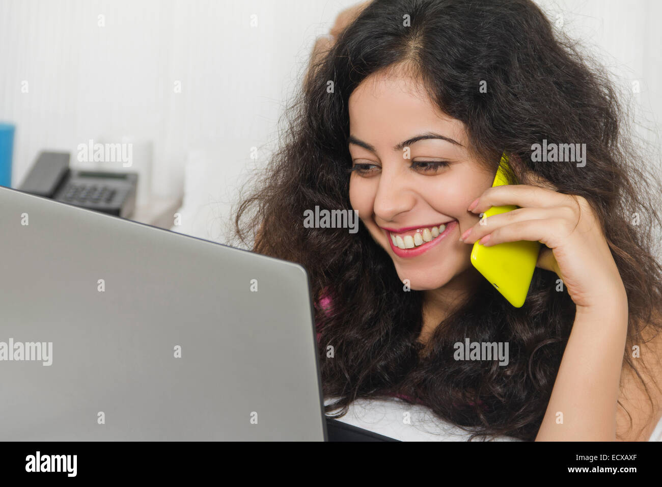 1 indische Laumann Haus Laptop und sprechende Telefon Stockfoto