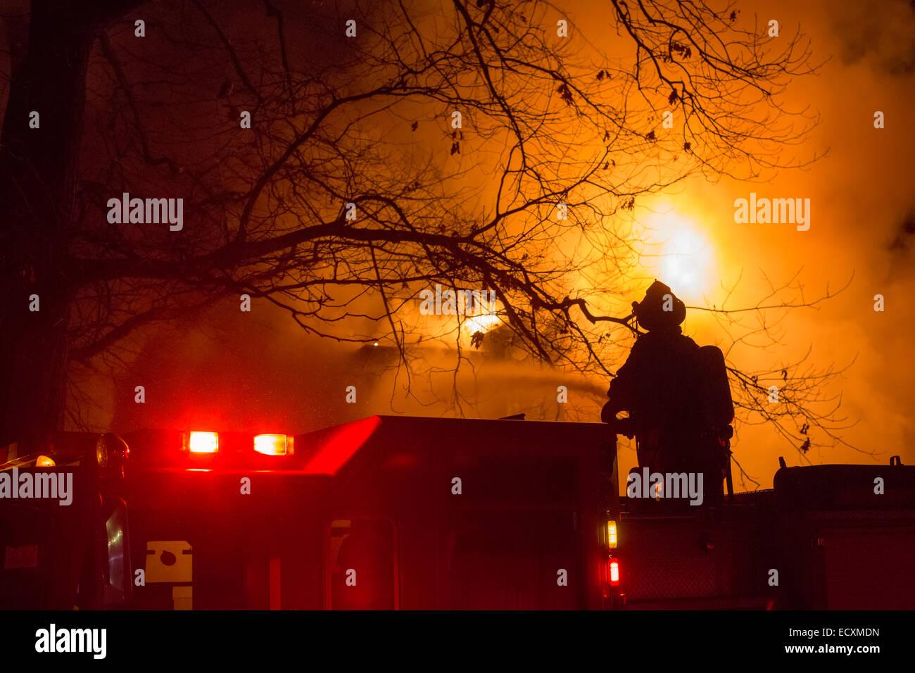 Detroit, Michigan USA - Feuerwehr Schlacht ein Feuer, das ein frei Haus in Detroit Morningside Nachbarschaft zerstört. Stockbild