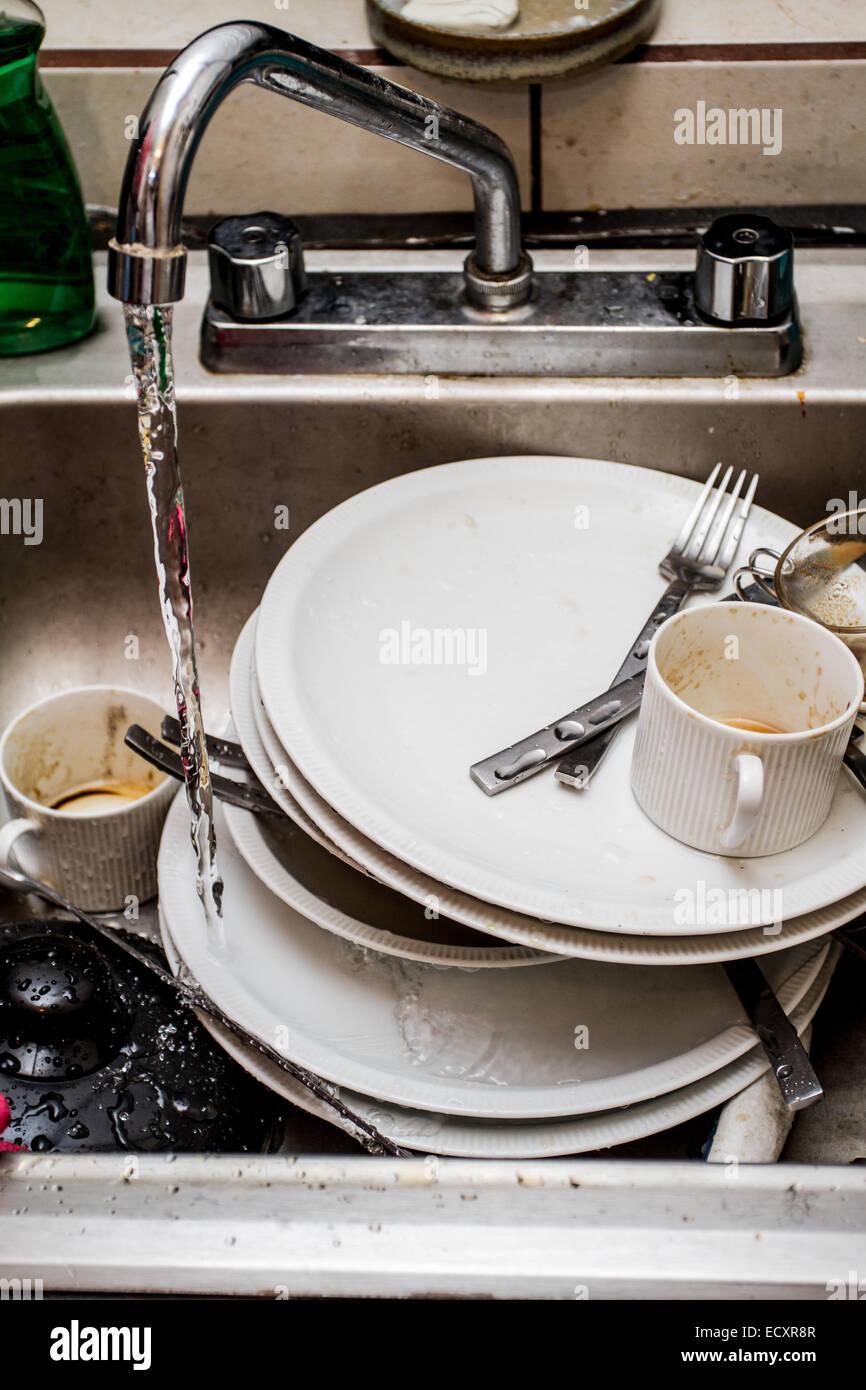Schmutziges Geschirr in der Küche Waschbecken gewaschen werden ...