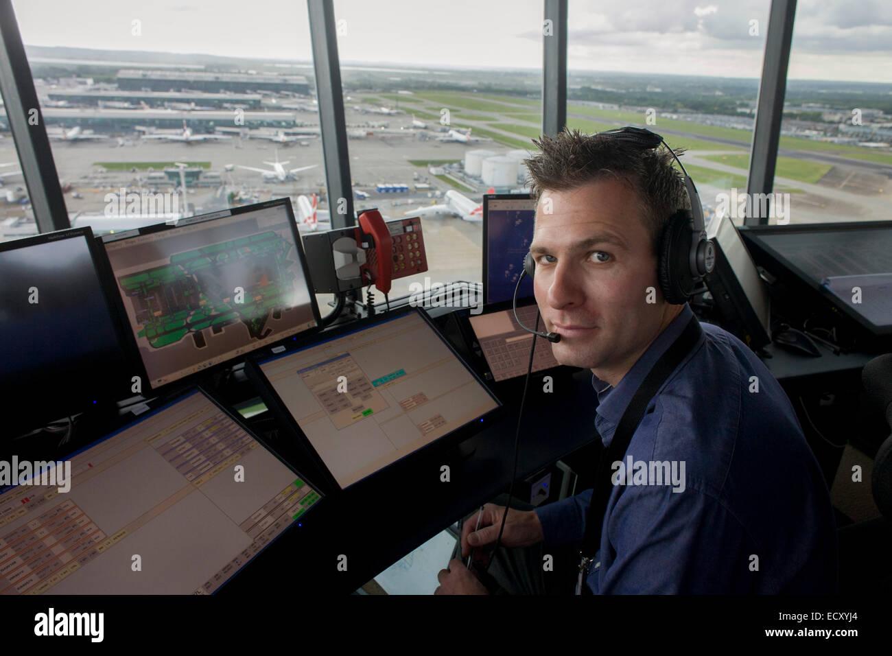"NATS Heathrow Fluglotse im Kontrollturm am Flughafen Heathrow, London.   Aus dem Kapitel mit dem Titel ""Up Stockbild"