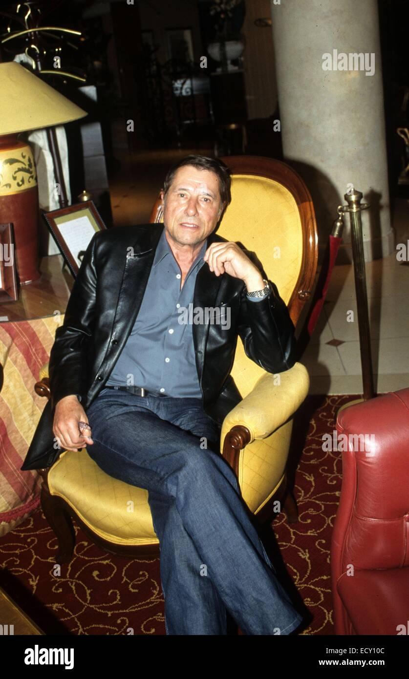 (Datei) - eine Archiv Bild vom April 2003 zeigt Sänger Udo Jürgens sitzt auf einem Stuhl auf einer Pressekonferenz Stockfoto
