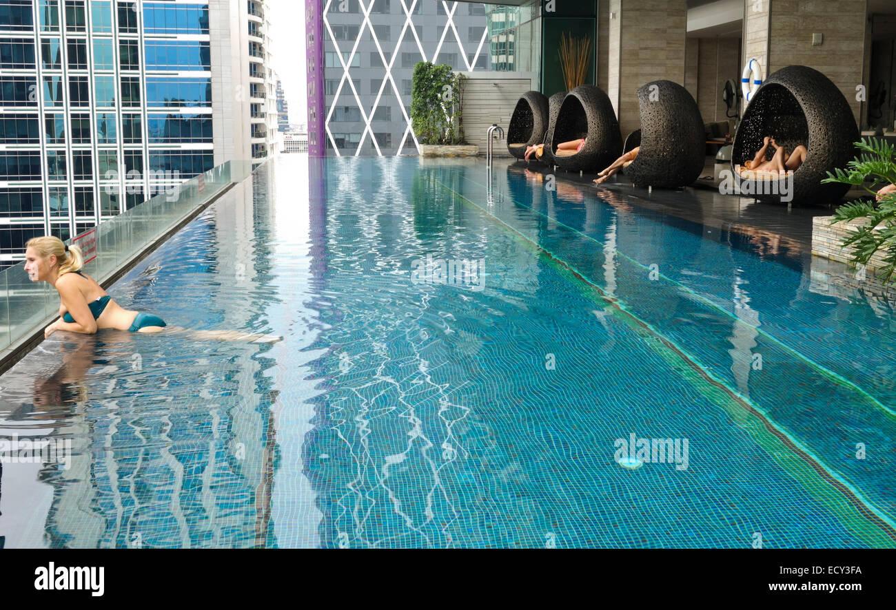 Aussicht Vom 14 Stock Der Stuhle Von Pool Eastin Grand Hotel Sathorn Bangkok Thailand Skyline Stockfotografie Alamy