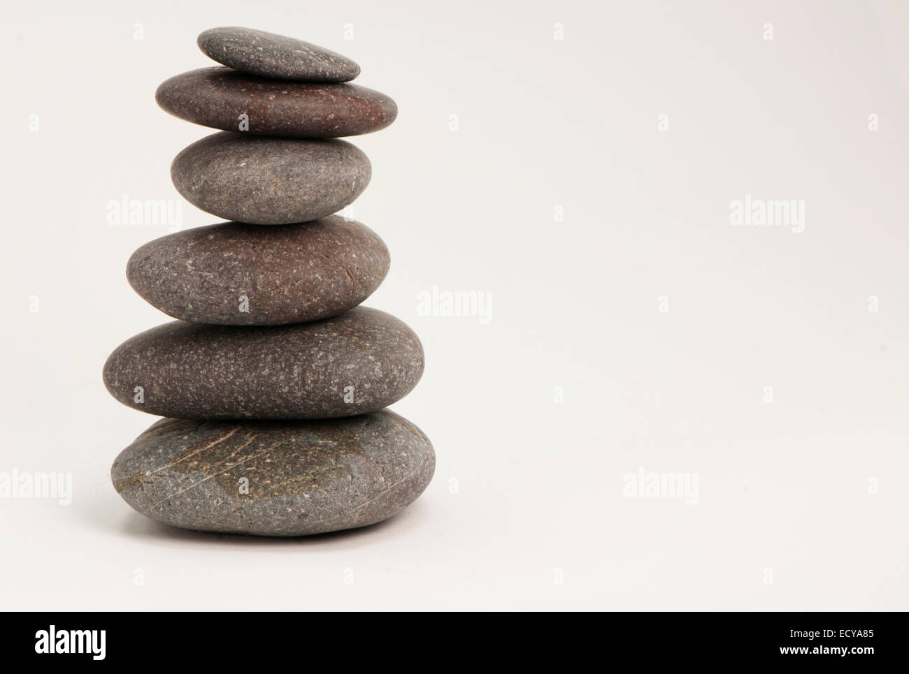 Balancing abgerundeten Kieselsteinen. Stockfoto