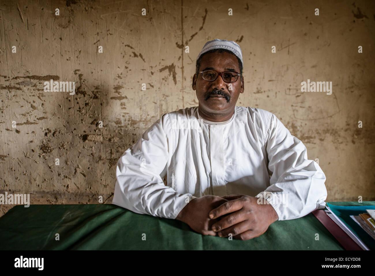 Lehrer einer Schule mitten in der Sahara Wüste, Sudan Stockbild