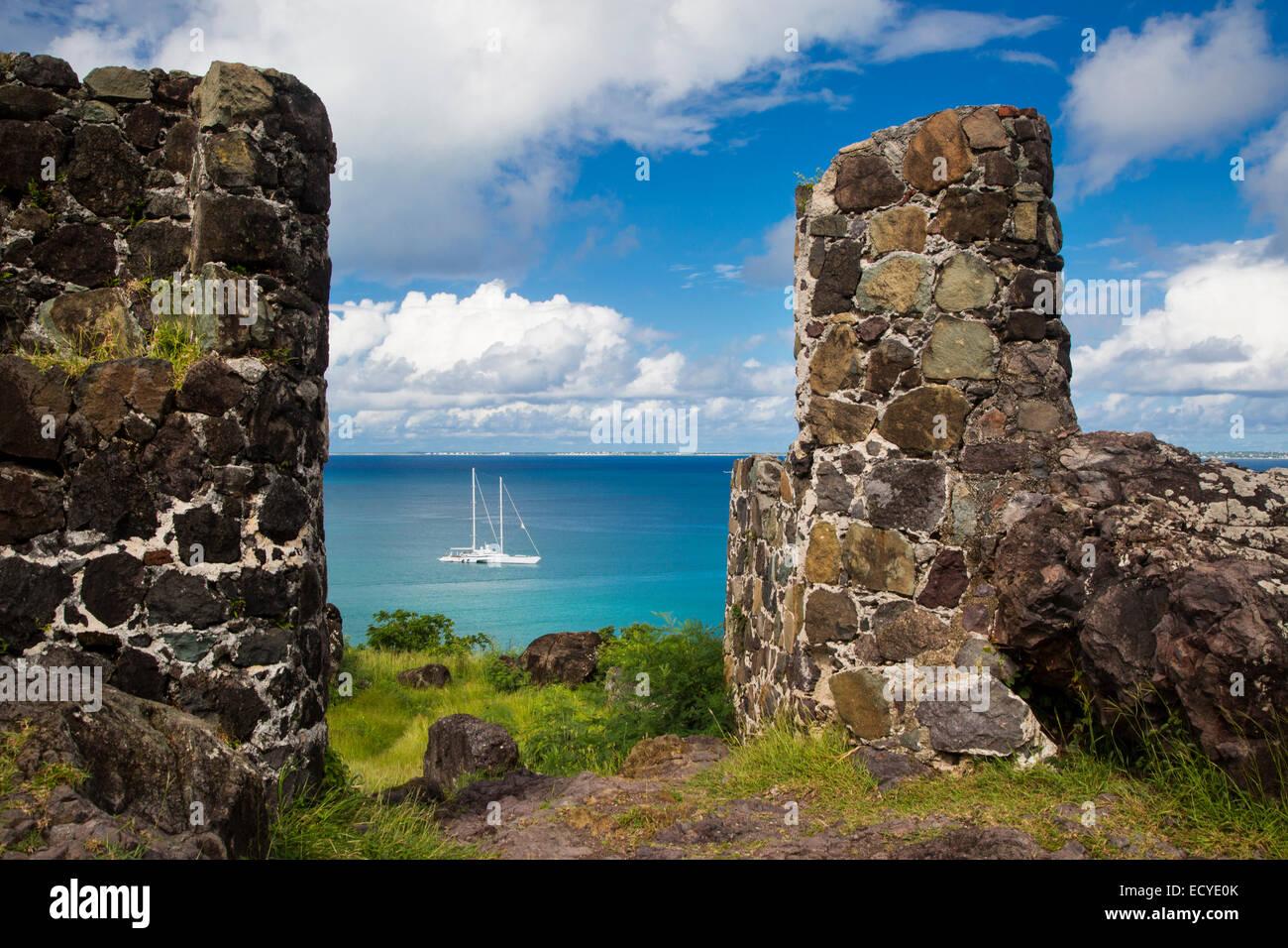 Fort-Louis mit Blick auf Segelboot in Marigot Bay, Marigot, Saint Martin, West Indies Stockbild