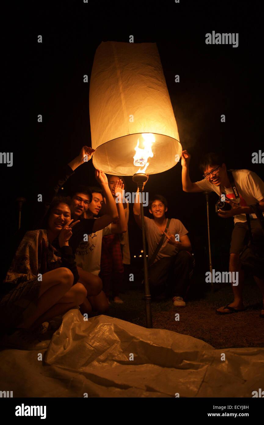 CHIANG MAI, THAILAND - 25. Oktober 2014: Gruppe von jungen Thais starten eine Himmelslaterne in der Nacht des Yi Stockfoto