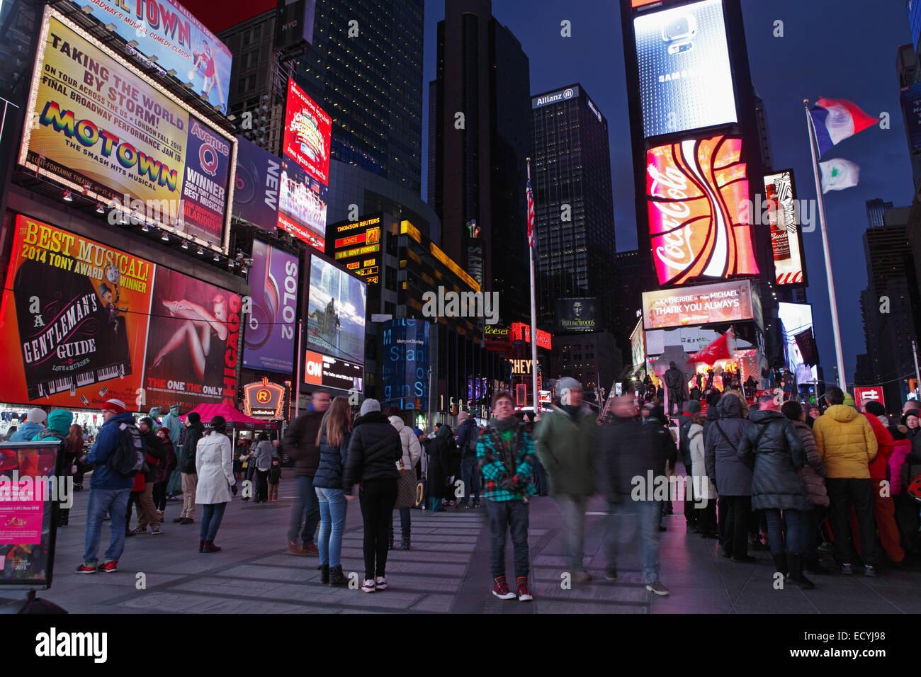 Massen und Billboards am Times Square New York Abend Langzeitbelichtung Motion blur Stockbild