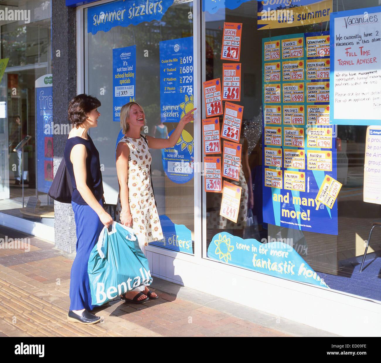 Junge Frauen betrachten Reisebüros Fenster, Bracknell, Berkshire, England, Vereinigtes Königreich Stockbild