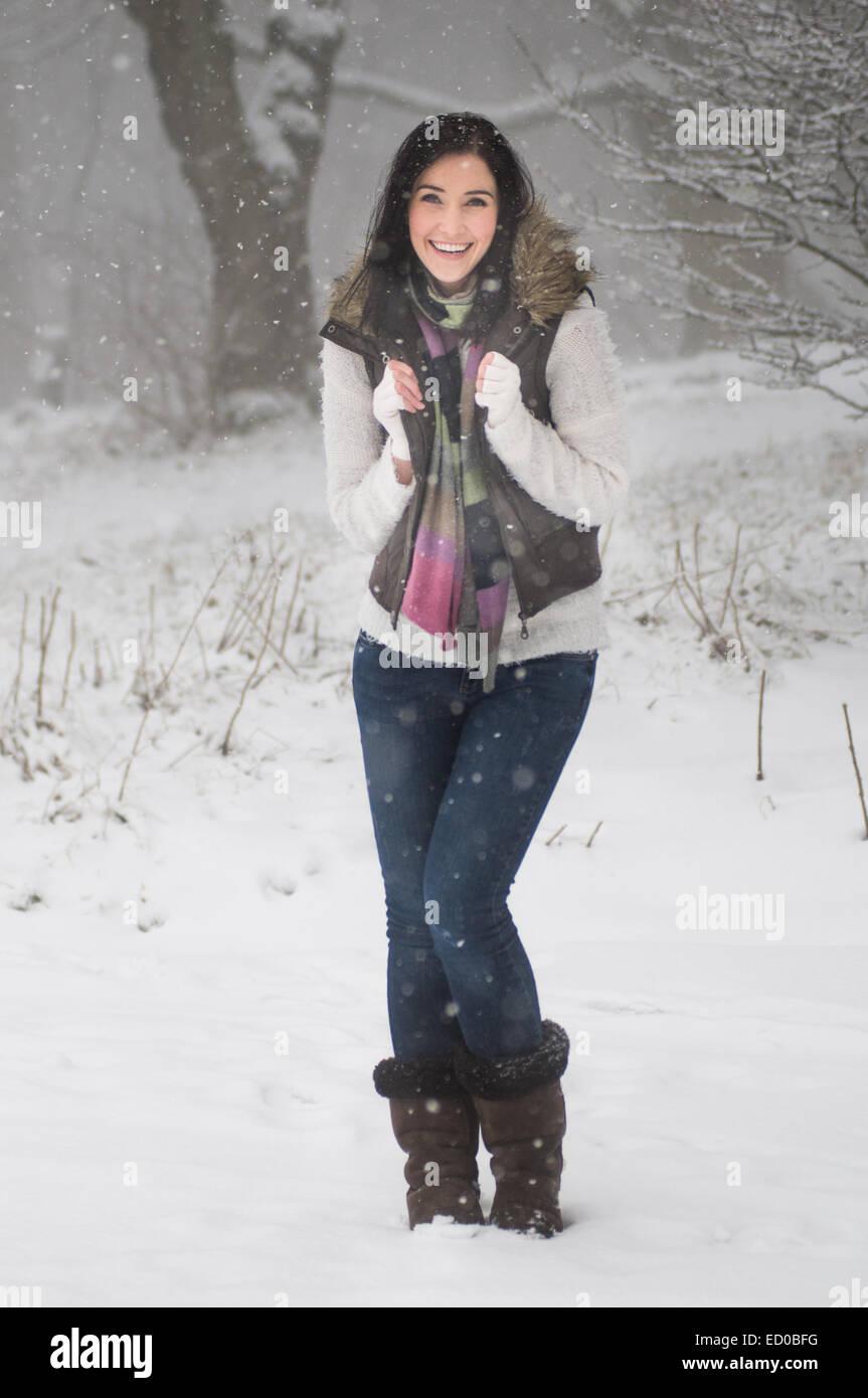 Voller Länge Aufnahme Frau im Schnee Stockbild