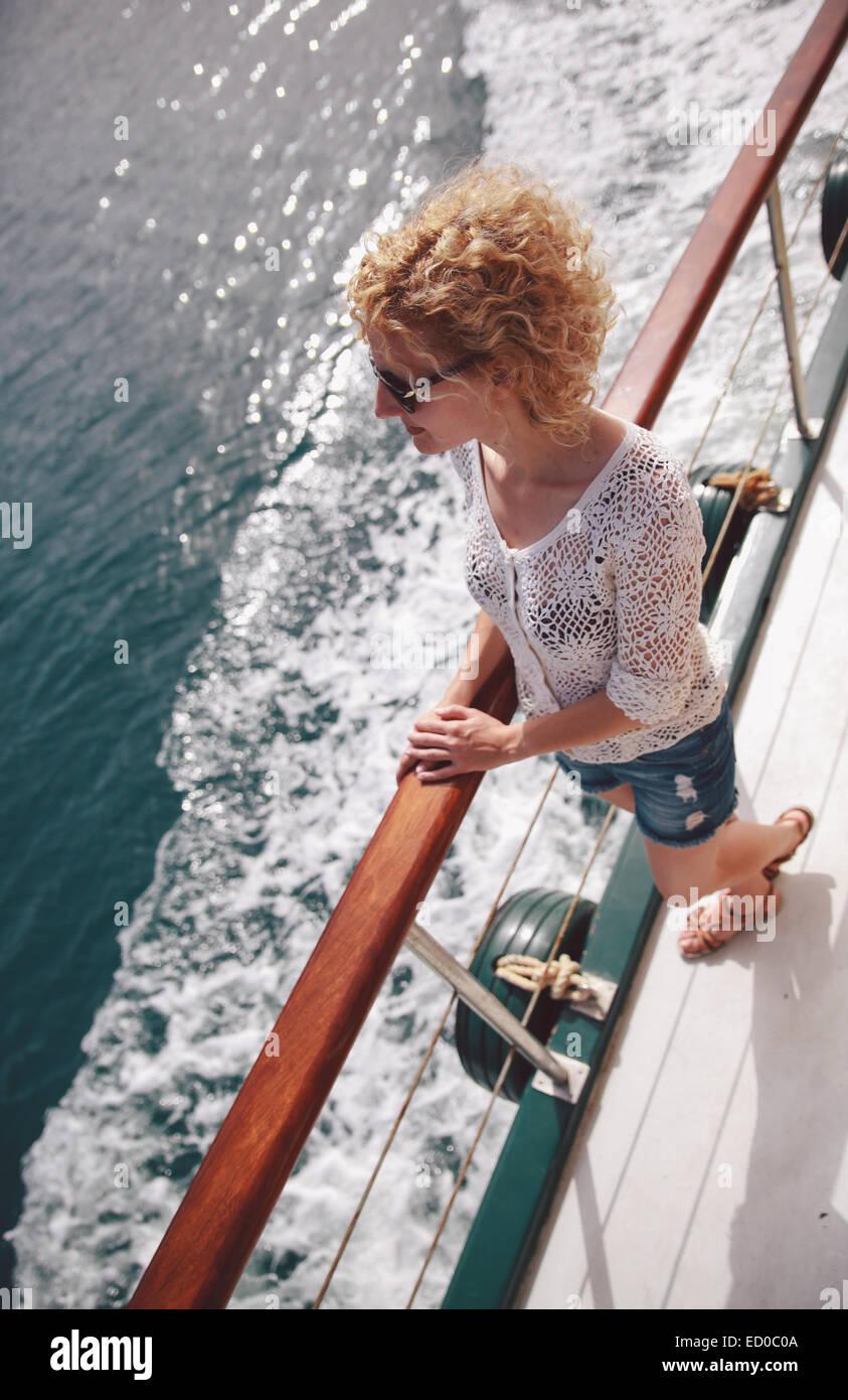 Griechenland, Santorini, erhöhten Blick auf die junge Frau auf Schiff Stockbild