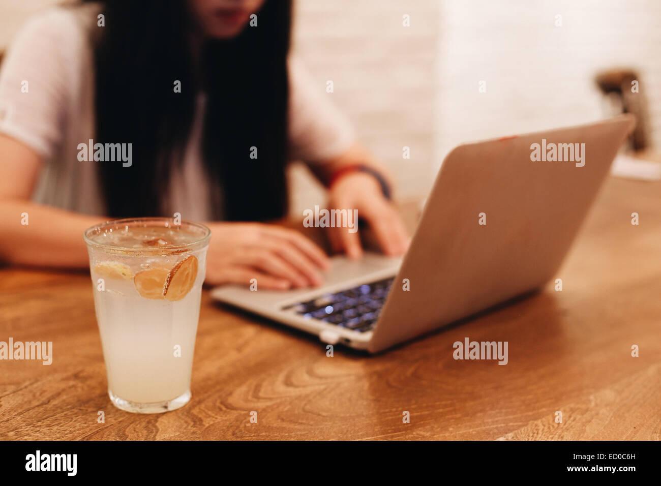 Frau mit Laptop im café Stockbild