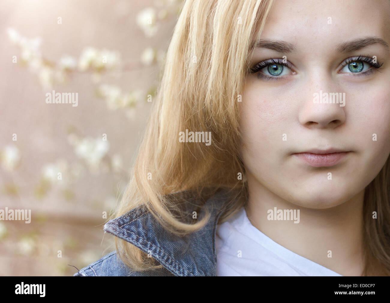 Mädchen (14-15) mit blauen Augen Stockbild