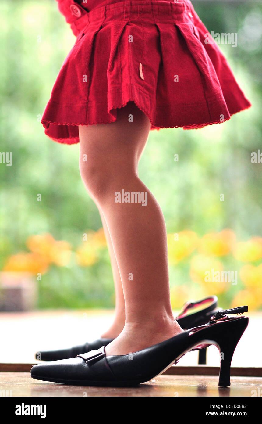 Beine der Mädchen (2-3) in high heels Stockbild
