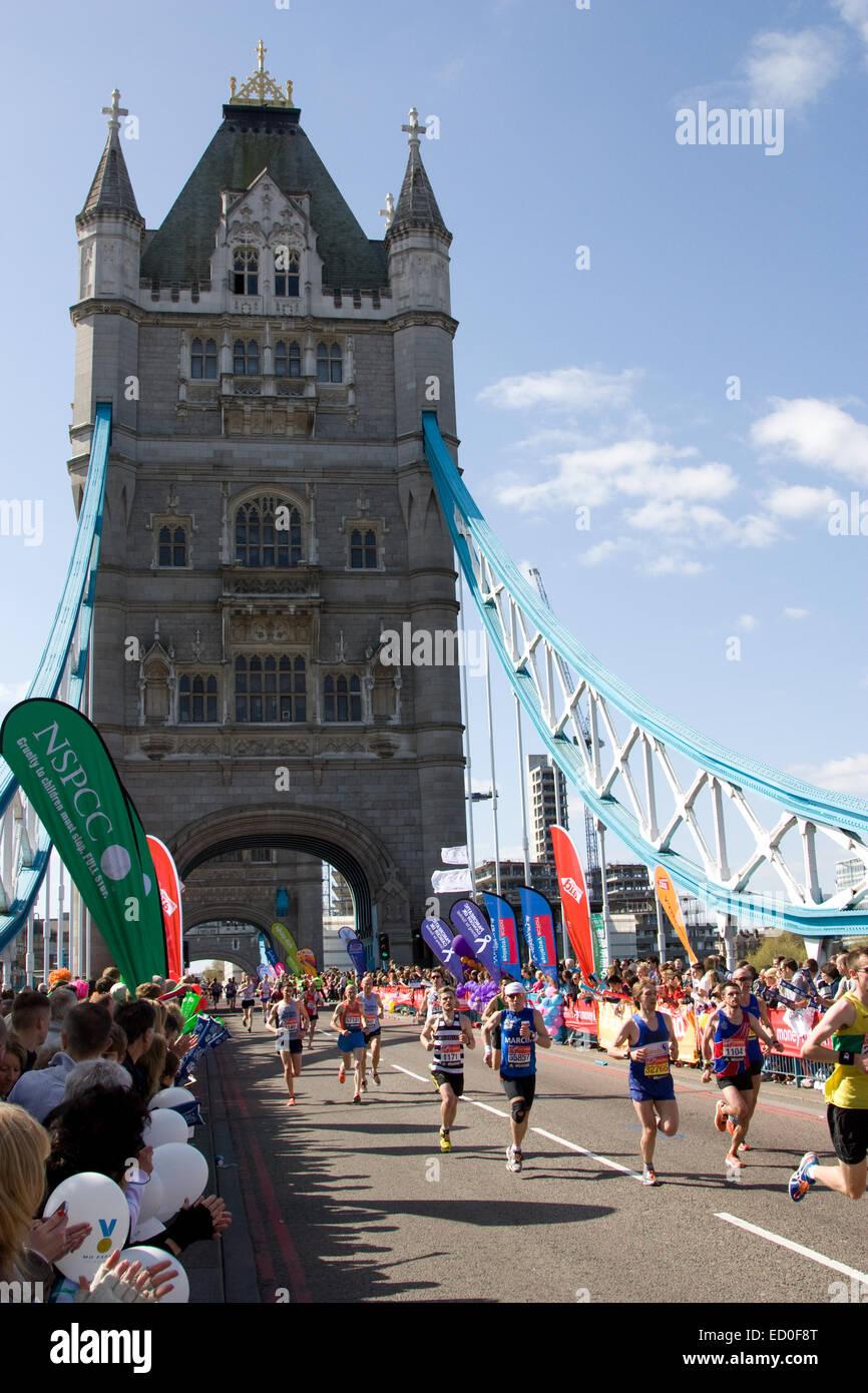 LONDON - 13.April: Unbekannten Männern laufen den London-Marathon am 13. April 2014 in London, England, UK. Stockbild