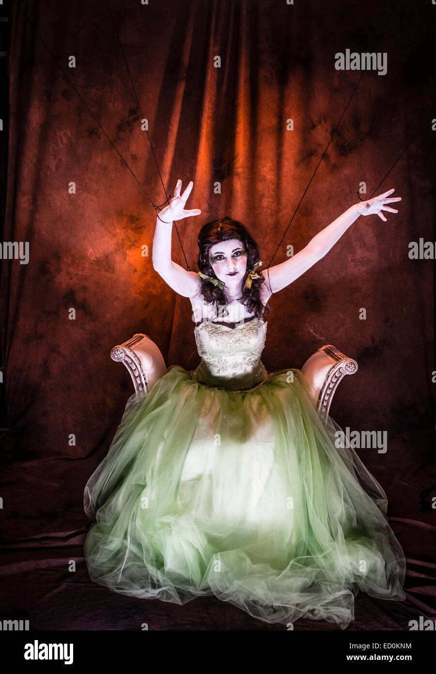 Fantasy-Makeover-Fotografie: eine junge Frau-Mädchen-Modell gebildet um zu schauen wie White-faced bemalte Puppe Stockfoto