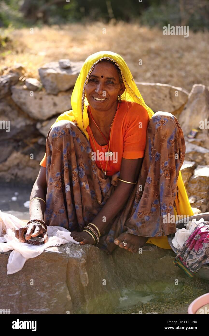 Indische Frau, die ihre Wäsche Indien Stockfoto