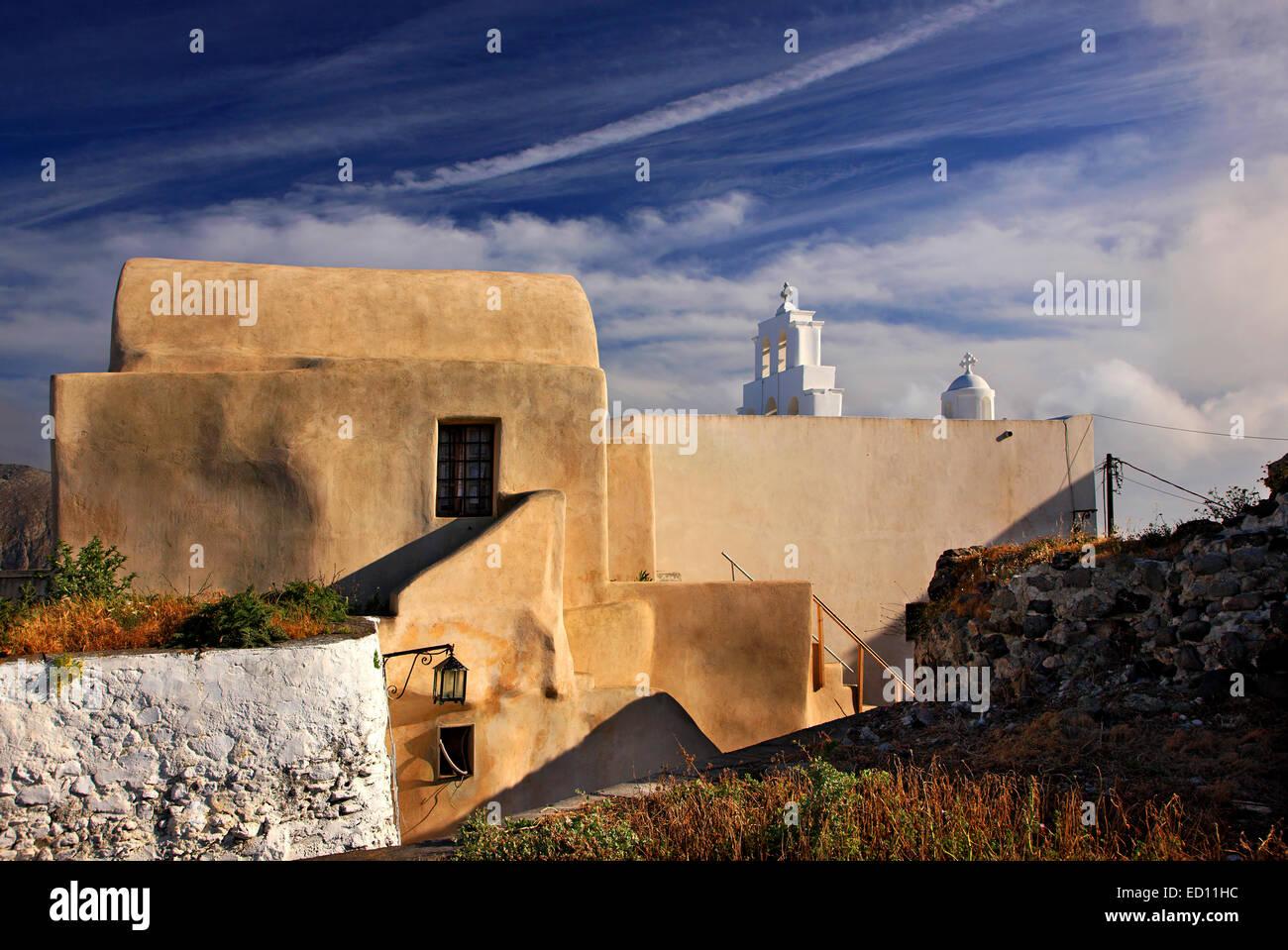 Ein schönes kleines Haus, großartiges Beispiel der Cycladian Architektur, über Pyrgos Dorf, Santorin, Stockbild