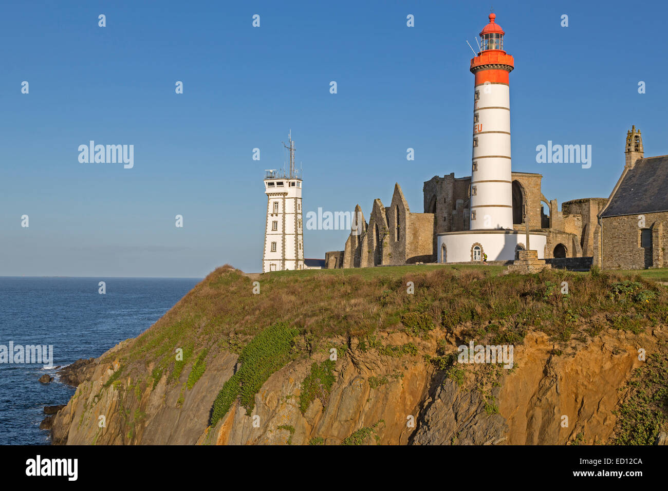 pointe de st mathieu leuchtturm mit milit rischen turm und abbey bretagne frankreich europa. Black Bedroom Furniture Sets. Home Design Ideas