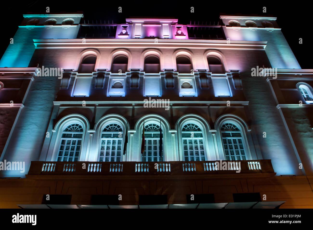 Gebäude-Fassade beleuchtet mit mehreren Farben led-leuchten Stockfoto