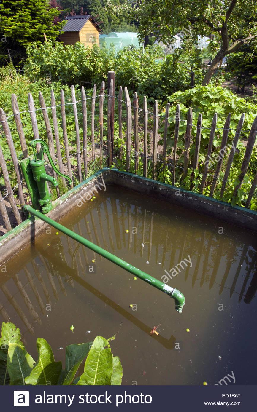 wasser reservoir zisterne f r regenwasser und grundwasser im schrebergarten k che garten. Black Bedroom Furniture Sets. Home Design Ideas