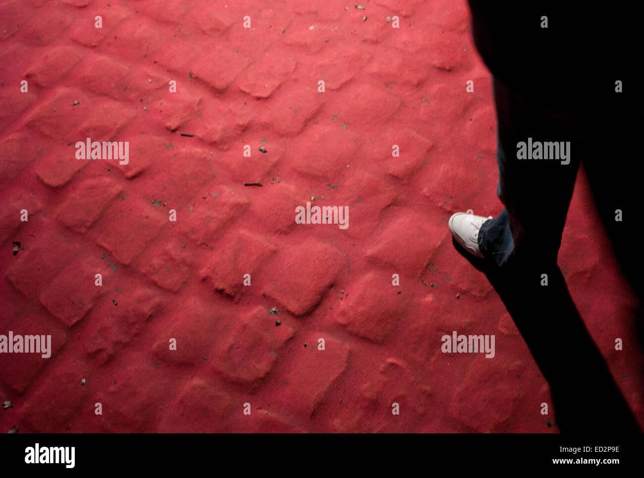 Fuß auf einem roten Teppich Stockbild