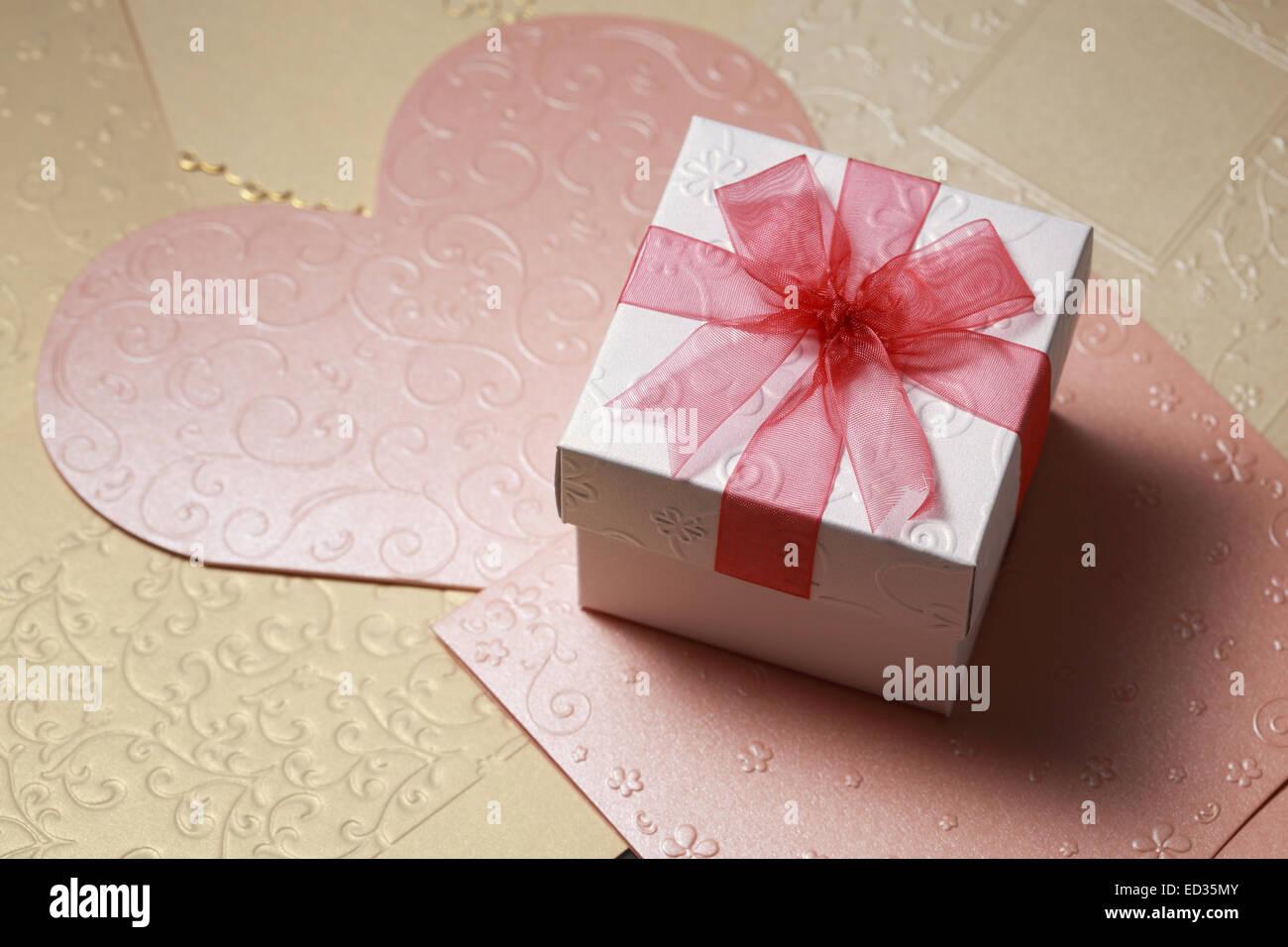 die Geschenkbox auf Grußkarte für feste Stockbild