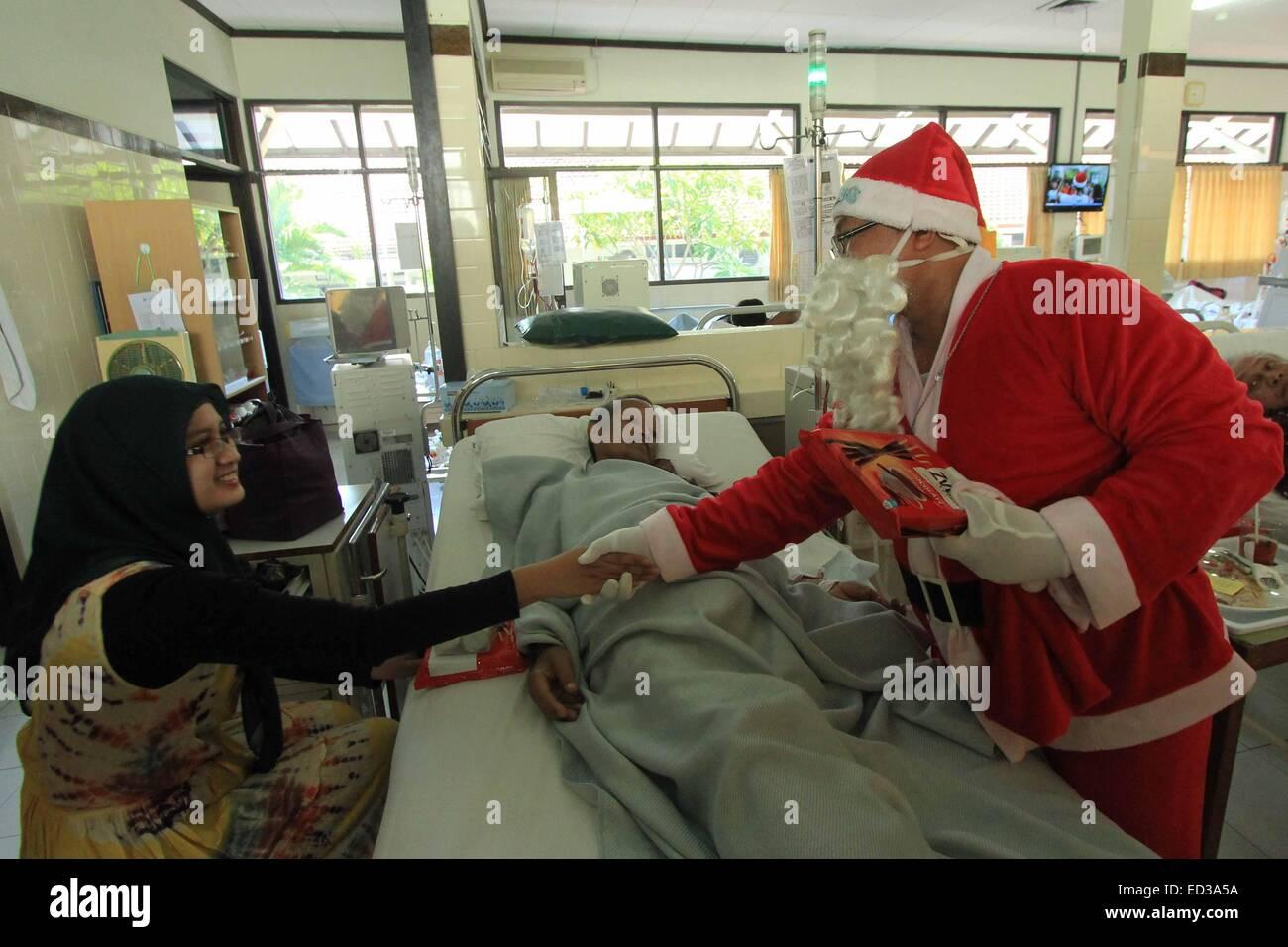 Semarang, Indonesien. 25. Dezember 2014. Ein Mann verkleidet als ...