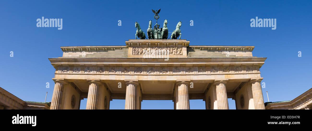 Brandenburger Tor in Berlin mit blauem Himmel Stockbild