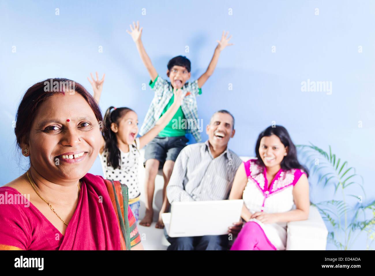 indischer Eltern mit Kindern zu Hause Spaß Stockfoto