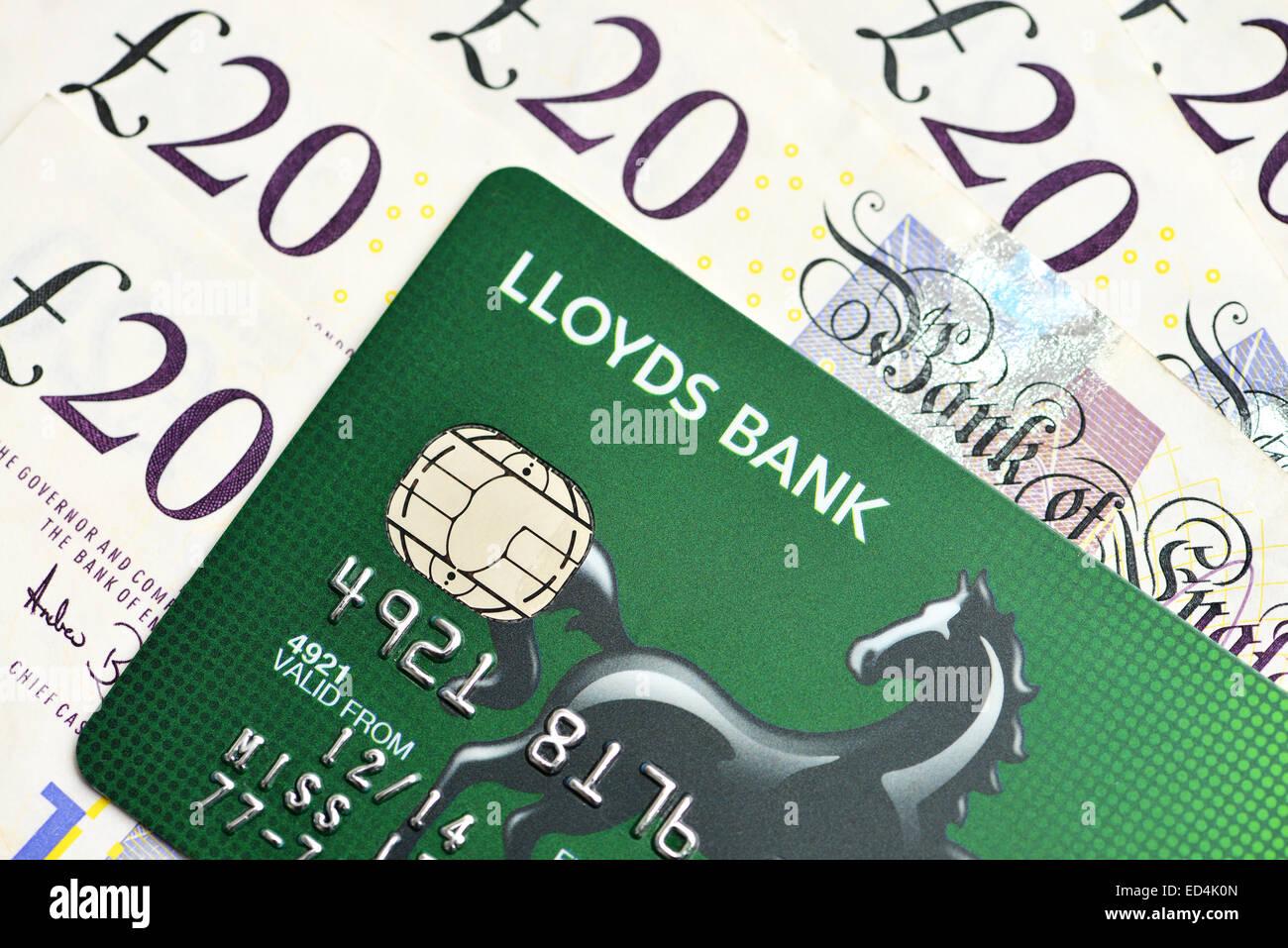 Lloyds-Kreditkarte und zwanzig Pfund Sterling Bargeld stellt fest Stockbild