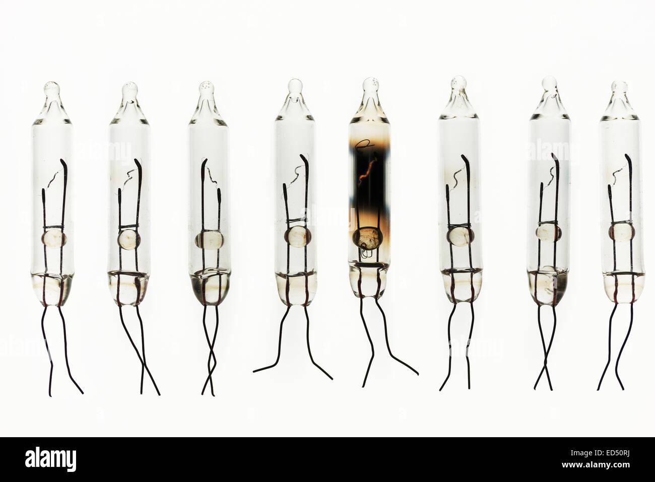 Reihen von Wolfram Glühfaden Glühbirnen Anzeichen von Metall Ionisation Einlagen auf innerhalb des Glas Stockbild