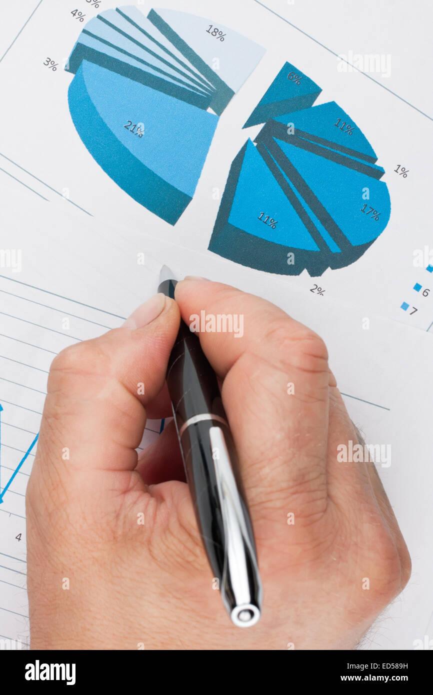Business Analyst arbeiten - Hand mit Stift, Blatt und Graph Stockbild