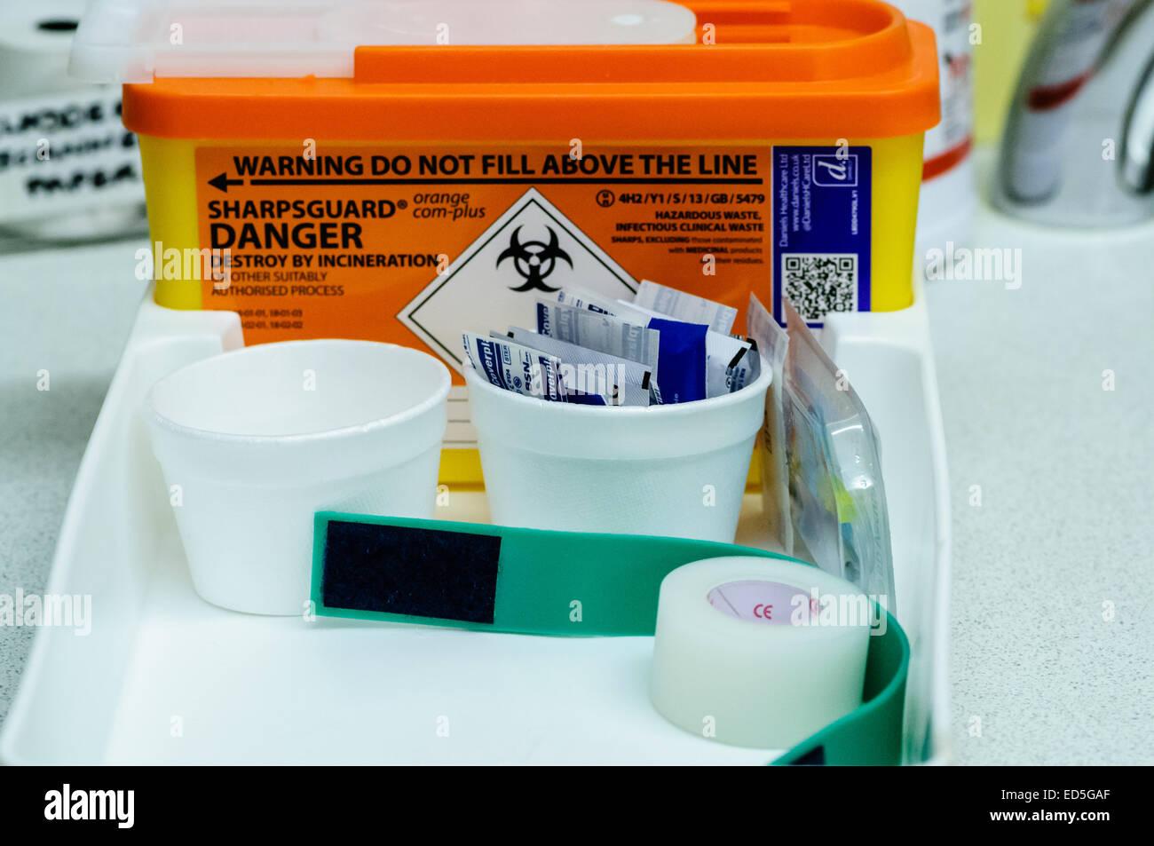 Vorbereiteten Tablett für Blutentnahme oder Verabreichung intravenöse Medikamente an Patienten. Stockbild