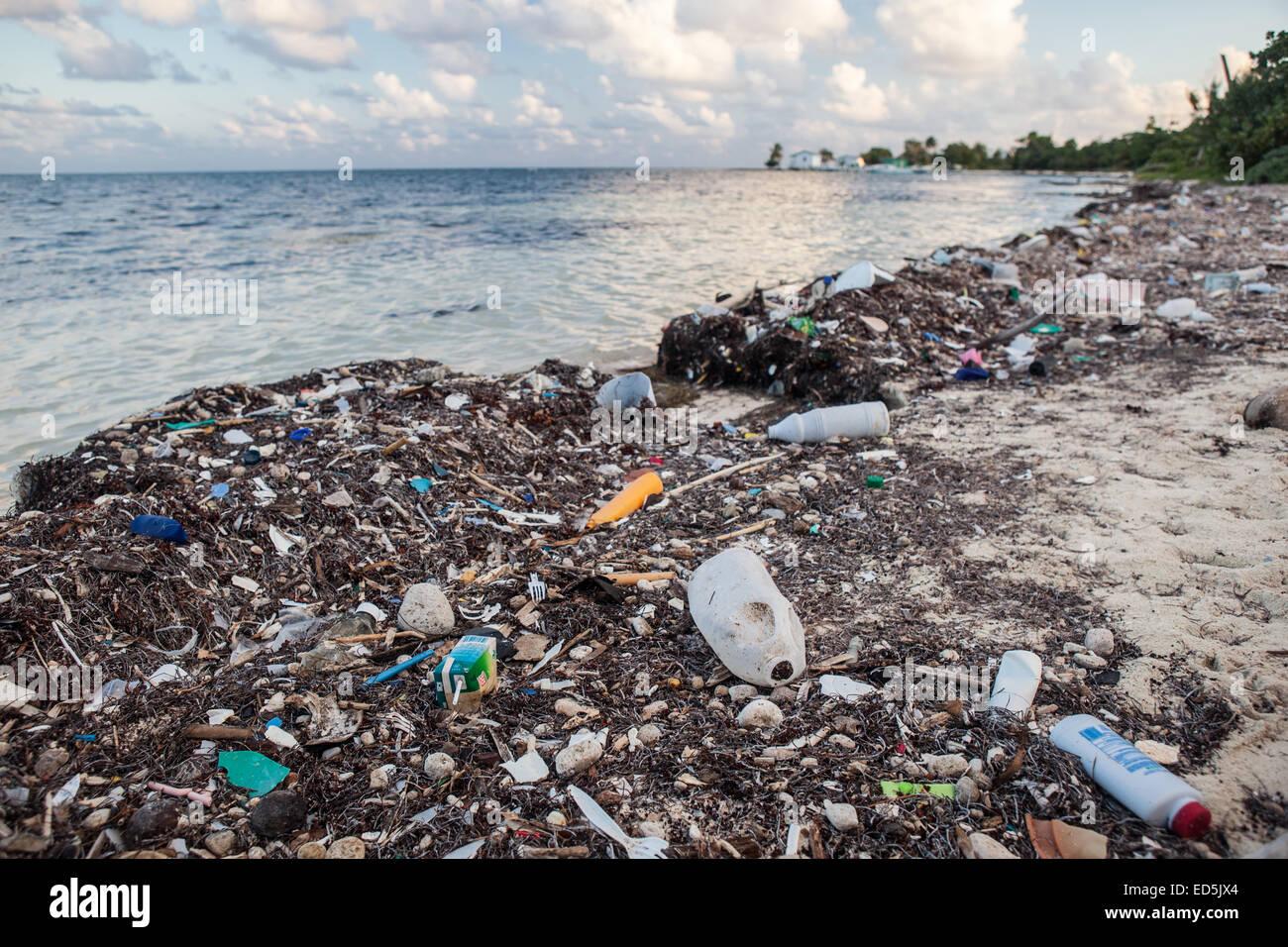 Plastikmüll hat auf einer abgelegenen Insel im karibischen Meer angespült. Kunststoff ist eine immer größer Stockbild