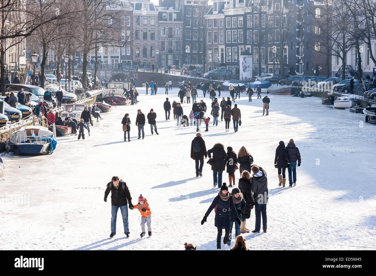 Amsterdam Eislaufen am zugefrorenen Kanal im Winter. Keizersgracht Kanal. Stockbild