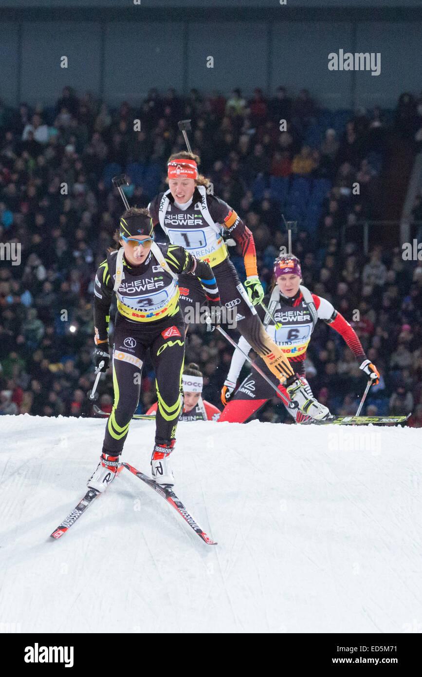 Anais Chevalier (3, Frankreich) konkurriert im Biathlon World Team Challenge in der Veltins Arena, gefolgt von Laura Stockbild
