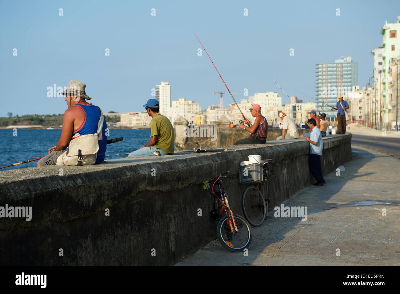 Havanna, Kuba - 23. Mai 2011: Kubaner sammeln, um Fisch und knüpfen an die Wand des Malecon, ein beliebter Stockbild