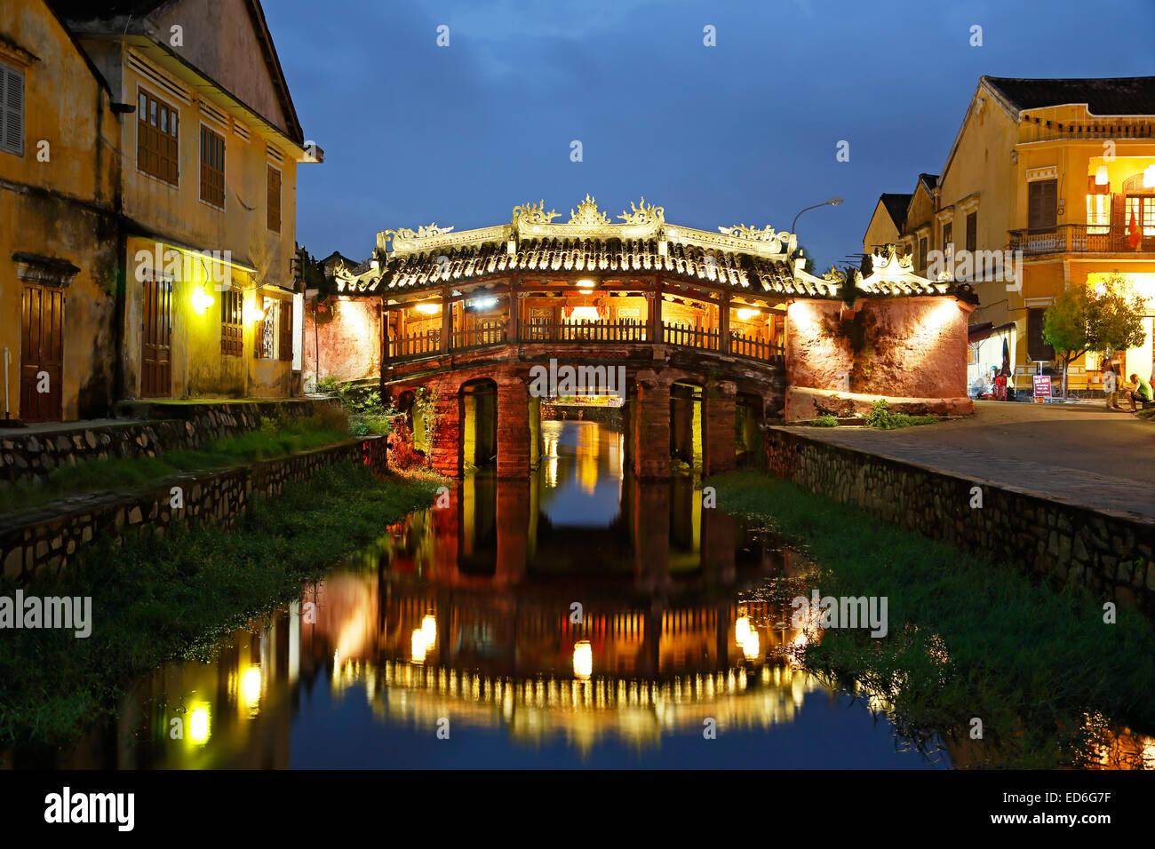 Japanese Covered Bridge spiegelt sich am Kanal, Hoi an, Vietnam Stockbild