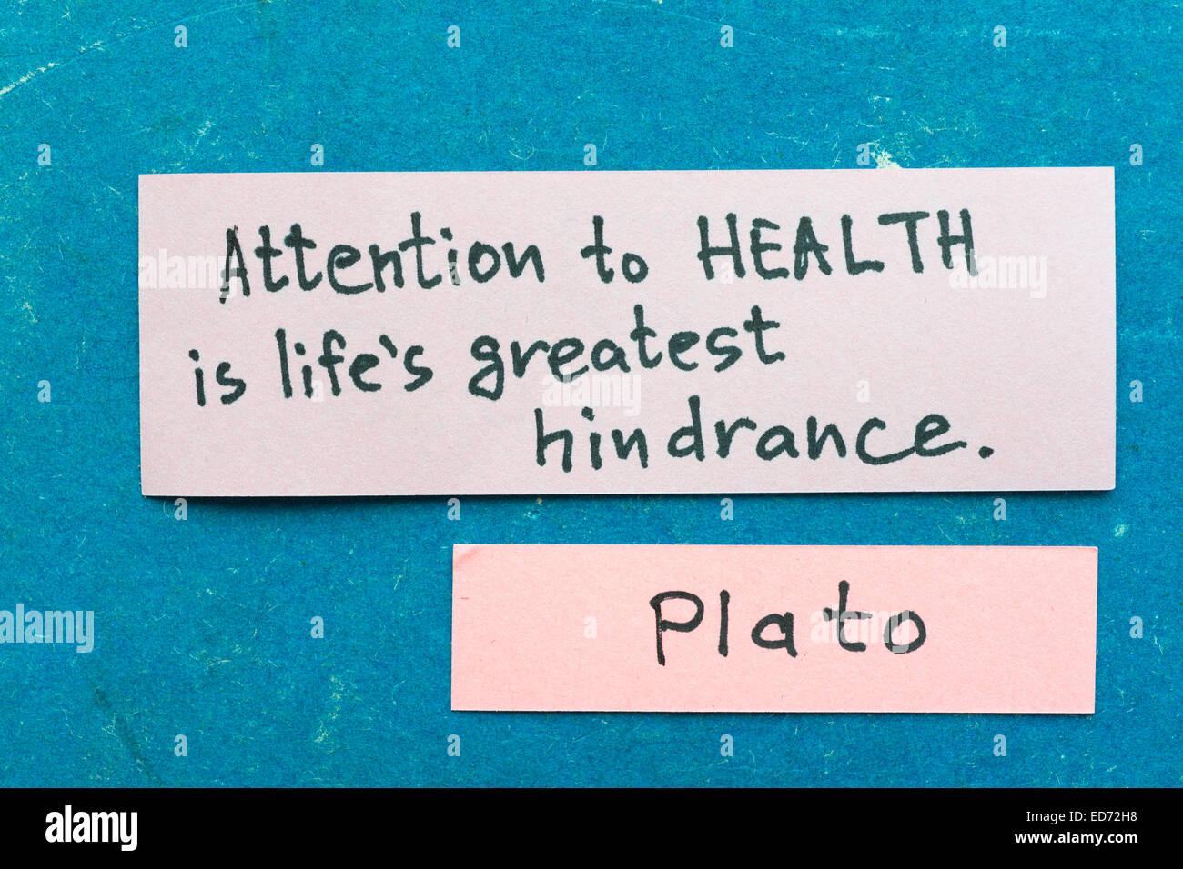 berühmte griechische Philosoph Plato-Zitat-Interpretation mit Haftnotizen auf Vintage Karton über Gesundheit Stockbild